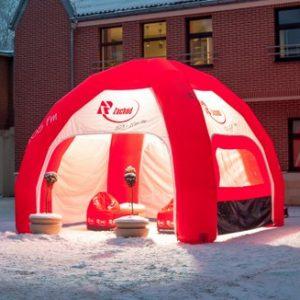 aufblasbares Zelt mit Gebläse in der Nacht beleuchtet
